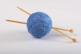 1311895-fils-et-aiguilles-a-tricoter-sur-fond-blanc